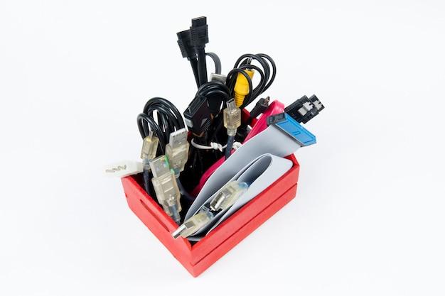 Odpady technologiczne, które pozostają w rezydencji jako kable komputerowe.