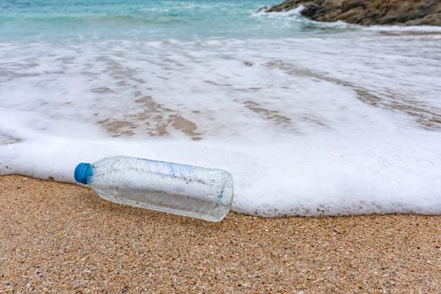 Odpady z plastikowych butelek to zanieczyszczenie środowiska na plaży.