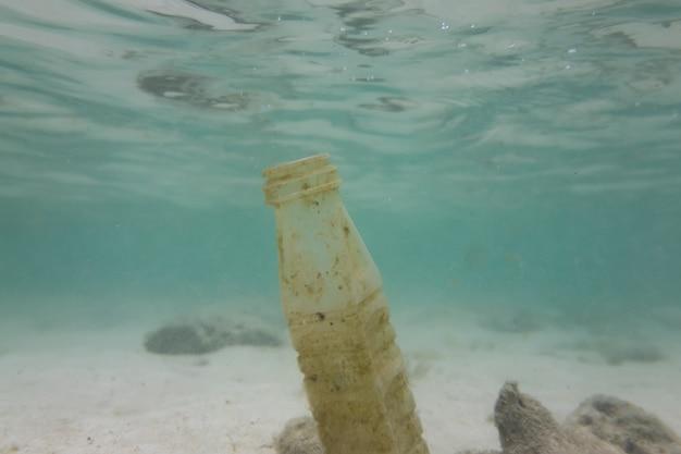 Odpady z tworzyw sztucznych w morzu