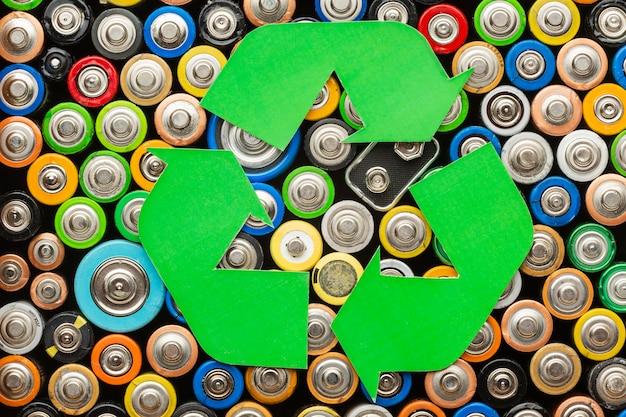 Odpady zanieczyszczenia baterii z symbolem recyklingu