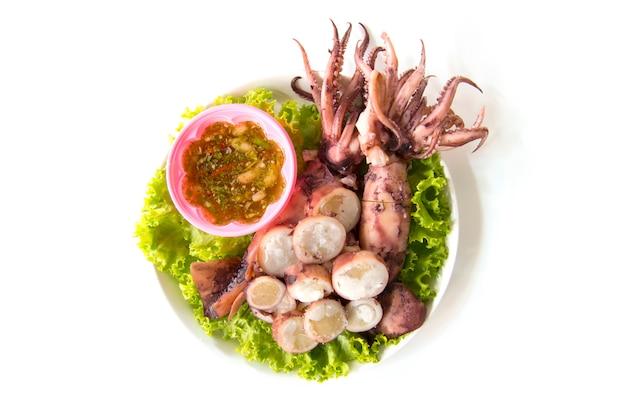 Odparowana kałamarnica z owoce morza kumberlandem odizolowywającym na białym tle