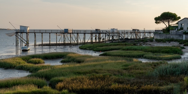 Odpływ na francuskim wybrzeżu we wsi fouras w szablonie baneru internetowego charente maritime france