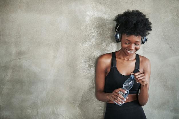 Odpocznij po treningu. portret african american girl w fitness ubrania po przerwie