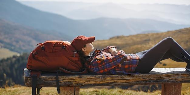Odpoczynek kobieta turysta r. ciesząc się słońcem podczas wędrówki trekkingowej piękna młoda kobieta