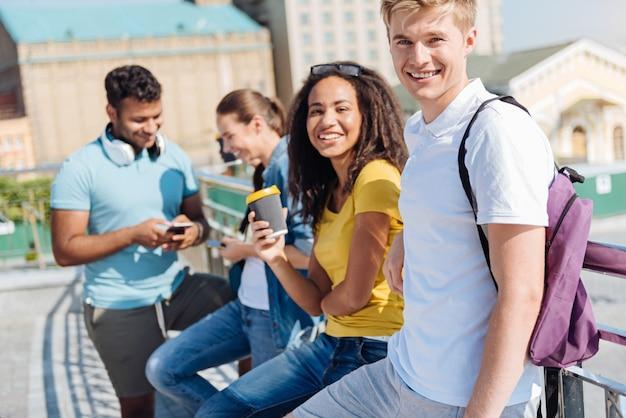 Odpoczywając. przyjaźni uczniowie czują radość podczas wspólnego spędzania czasu i relaksu po lekcjach