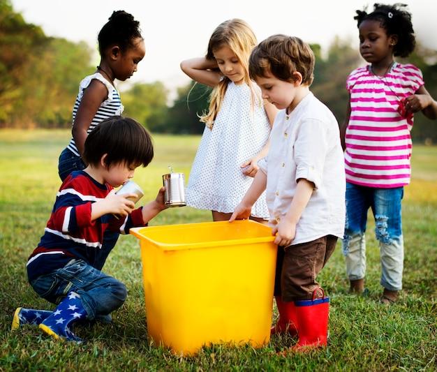 Odpowiedzialna grupa dzieci sprząta w parku