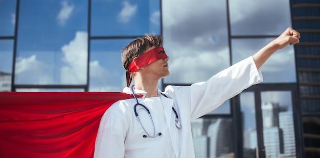 Odpowiedzialny superbohater lekarz jest gotowy na nowe zadanie