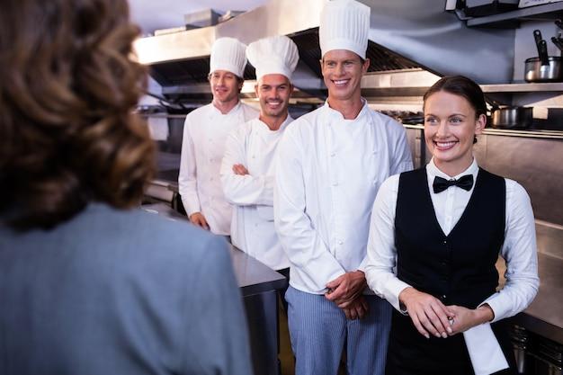 Odprawa kierownika restauracji dla jego personelu kuchennego