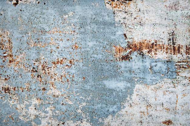 Odrapana zardzewiała powierzchnia. obieranie niebieskiej farby. zabytkowe
