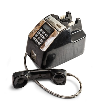 Odrapany przestarzały telefon na białym tle