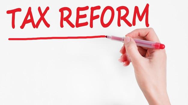 Odręczne pisanie reformy podatku od napisów z czerwonym markerem