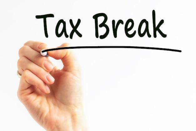 Odręczne pisanie ulgi podatkowej napis z czarnym markerem