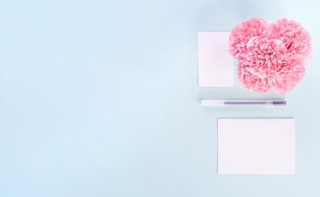 Odręcznie kartkę z życzeniami na białym tle z niebieskim tłem