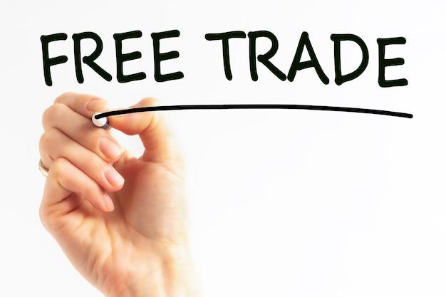 Odręczny napis free trade z czarnym markerem