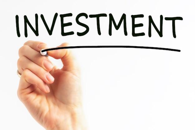 Odręczny napis inwestycyjny z czarnym markerem