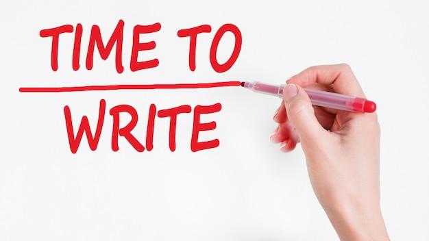 Odręczny napis time to write z czerwonym markerem, koncepcja,