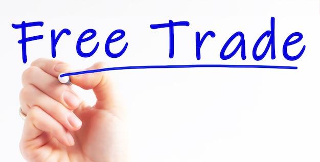 Odręczny napis wolnego handlu z niebieskim markerem