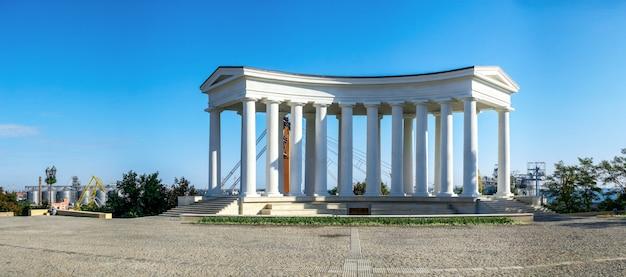 Odrestaurowana kolumnada w odessie na ukrainie