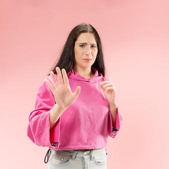 Odrzuć, odrzucenie, pojęcie wątpliwości. wątpliwa kobieta z zamyślonym wyrazem twarzy dokonująca wyboru