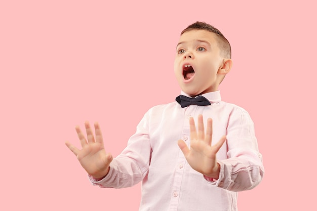 Odrzuć, odrzucenie, pojęcie wątpliwości. wątpliwy nastolatek chłopiec z zamyślonym wyrazem dokonywania wyboru. młody człowiek emocjonalny. ludzkie emocje, koncepcja wyrazu twarzy. studio. na białym tle na modny róż