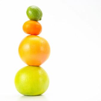 Odsłonięta piramida owoców cytrusowych na białym tle