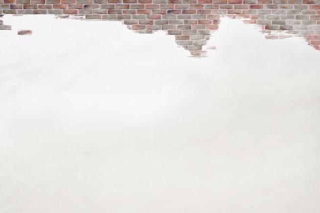 Odsłonięty mur z cegły