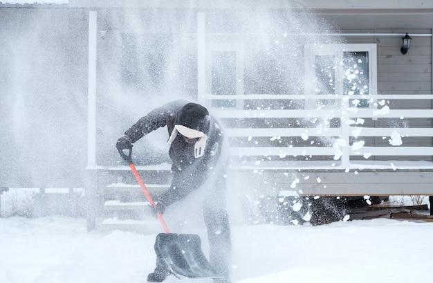 Odśnieżanie w pobliżu domu po obfitych opadach śniegu