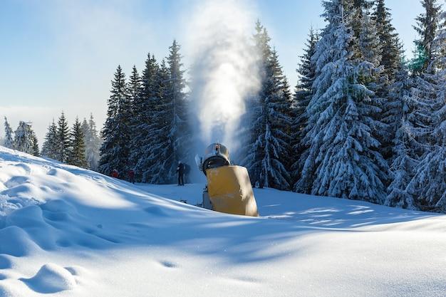 Odśnieżarka. żółta dmuchawa do śniegu w kurorcie bukovel, karpaty.