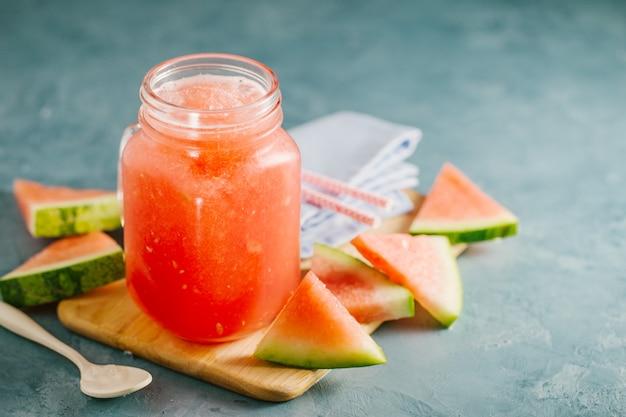 Odświeżający arbuz napój z lodem