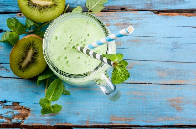 Odświeżający letni zielony koktajl lub koktajl mleczny