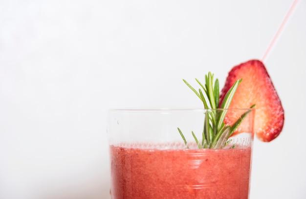 Odświeżający napój z truskawką