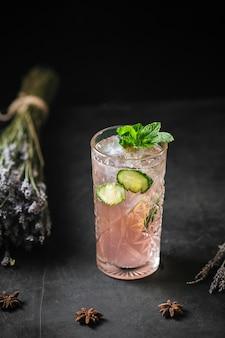 Odświeżający owocowy koktajl lemoniadowy miętowy