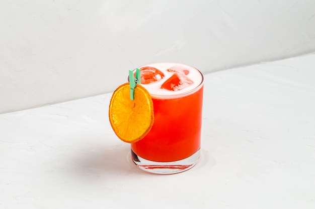 Odświeżający słodki koktajl zdobiony plastrem pomarańczy