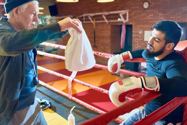 Odświeżający trener bokser na ringu