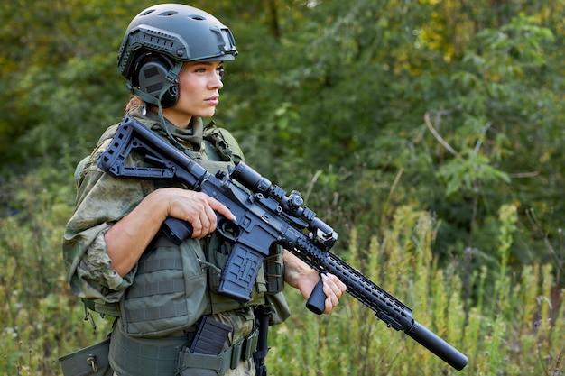 Odważna kaukaska kobieta zajmuje się polowaniem na broń lub karabin