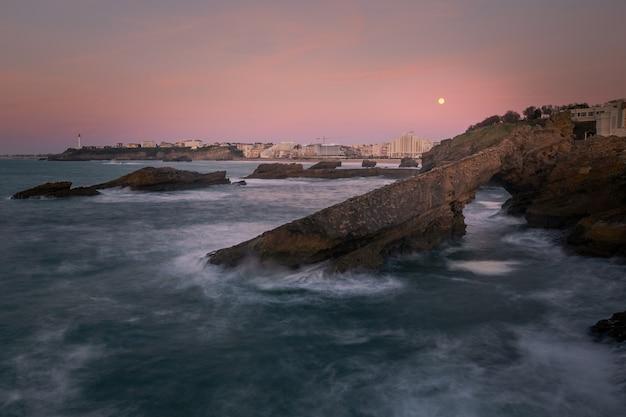 Odważne i ładne wybrzeże z biarritz w kraju basków.