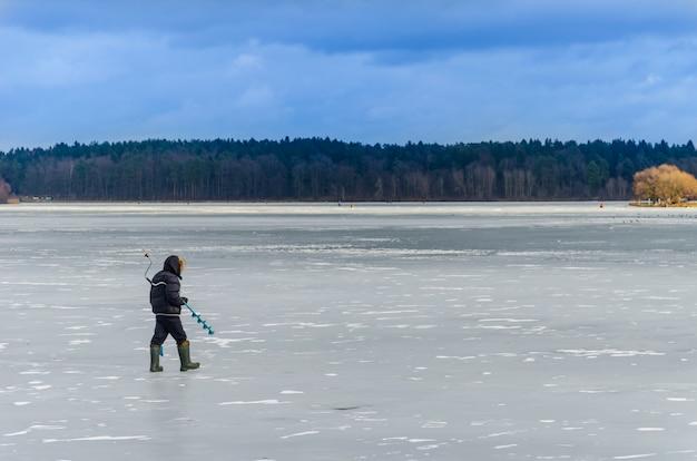 Odważny człowiek na lodzie do zimowego wędkowania