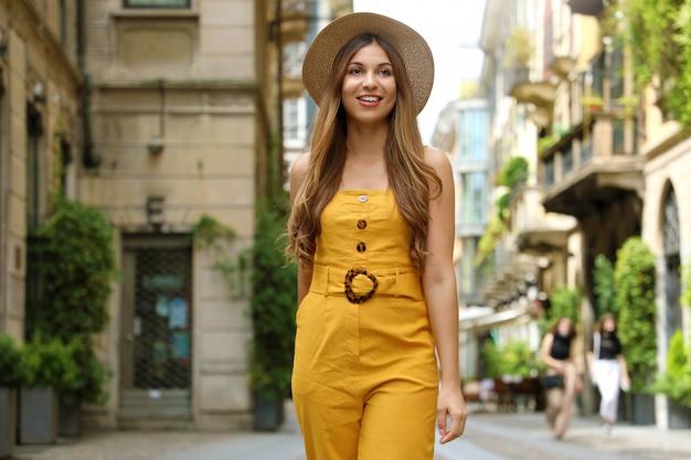 Odwiedź mediolan. młoda kobieta moda spaceru na ulicy miasta dzielnicy brera w mediolanie, włochy.