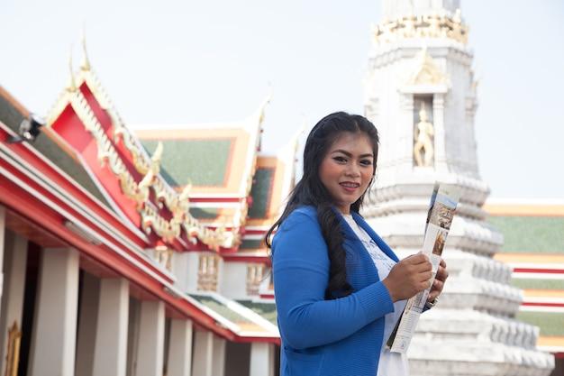 Odwiedzający kobieta trzyma mapę