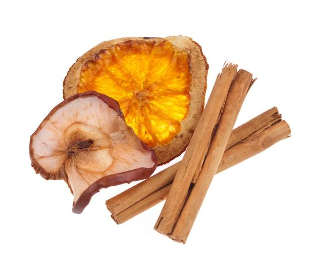 Odwodniona pomarańcza i jabłko z cynamonami