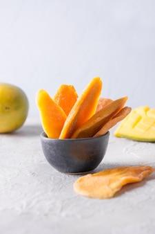 Odwodnione i suszone chipsy z mango. ścieśniać.