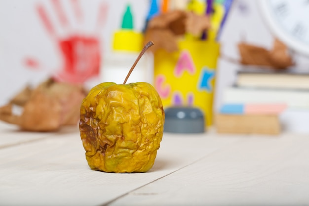 Odwodnione pomarszczone zielone jabłko na stole roboczym