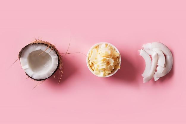 Odwodnione, świeże i suszone chipsy kokosowe w białych miskach z bliska