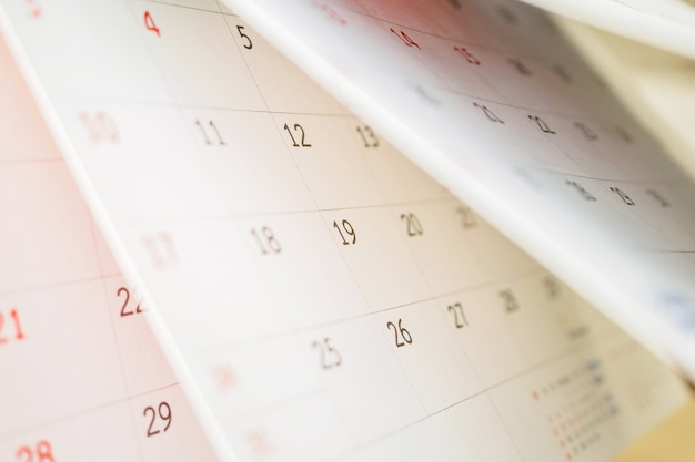 Odwracanie arkusza kalendarza z bliska na tabeli biurowej planowania biznesowego harmonogram spotkania koncepcja spotkania