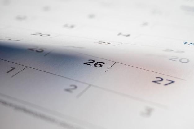 Odwracanie arkusza kalendarza z bliska tła