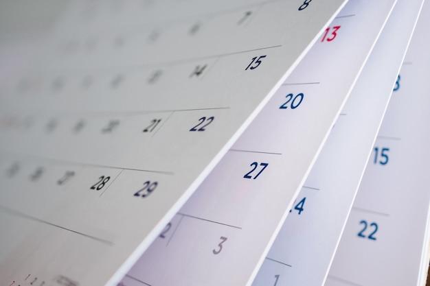 Odwracanie arkusza kalendarza z bliska
