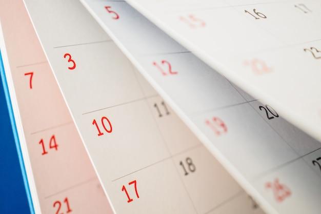Odwracanie arkusza strony kalendarza z bliska na stole w biurze