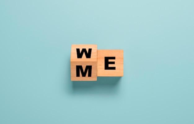 """Odwracanie drewnianego bloku kostek, aby zmienić mnie na sformułowanie """"my"""" na niebieskim stole."""