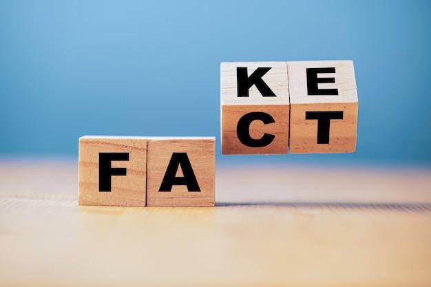 Odwracanie drewnianej kostki w celu zmiany fałszywych faktów