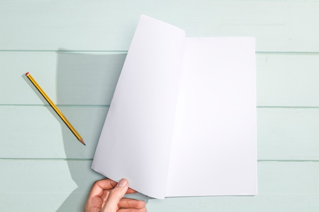 Odwróć ręcznie białą stronę płasko